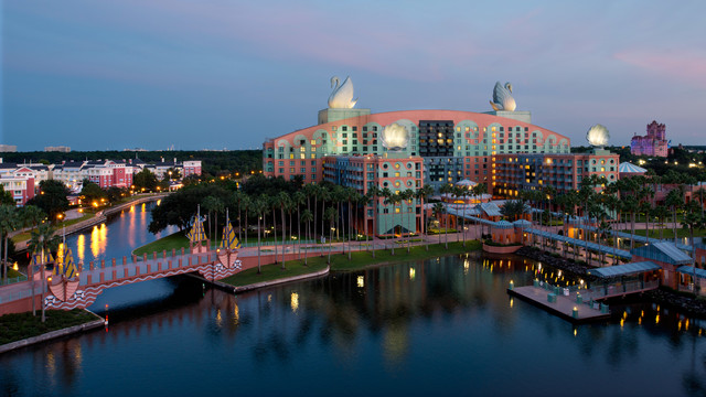 Walt Disney World Swan Hotel! – Dizney Wizard – Nicole!